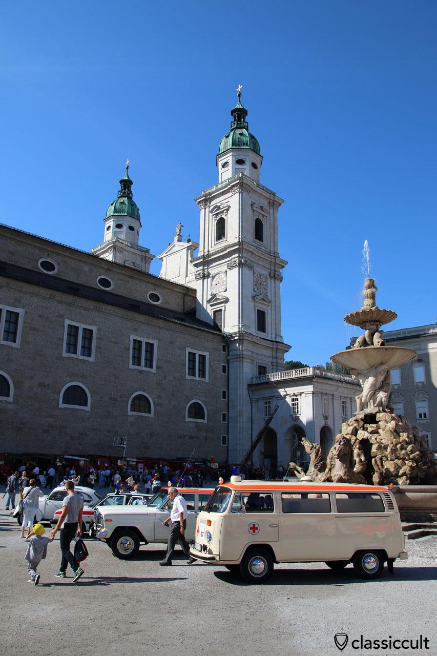 VW T2 Krankenwagen am Residenzplatz in Salzburg