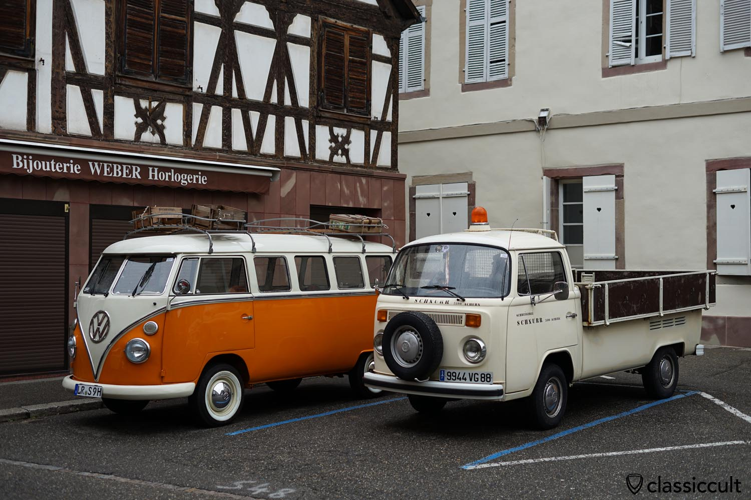 VW T2b Pick-up with Hella rotating beacon