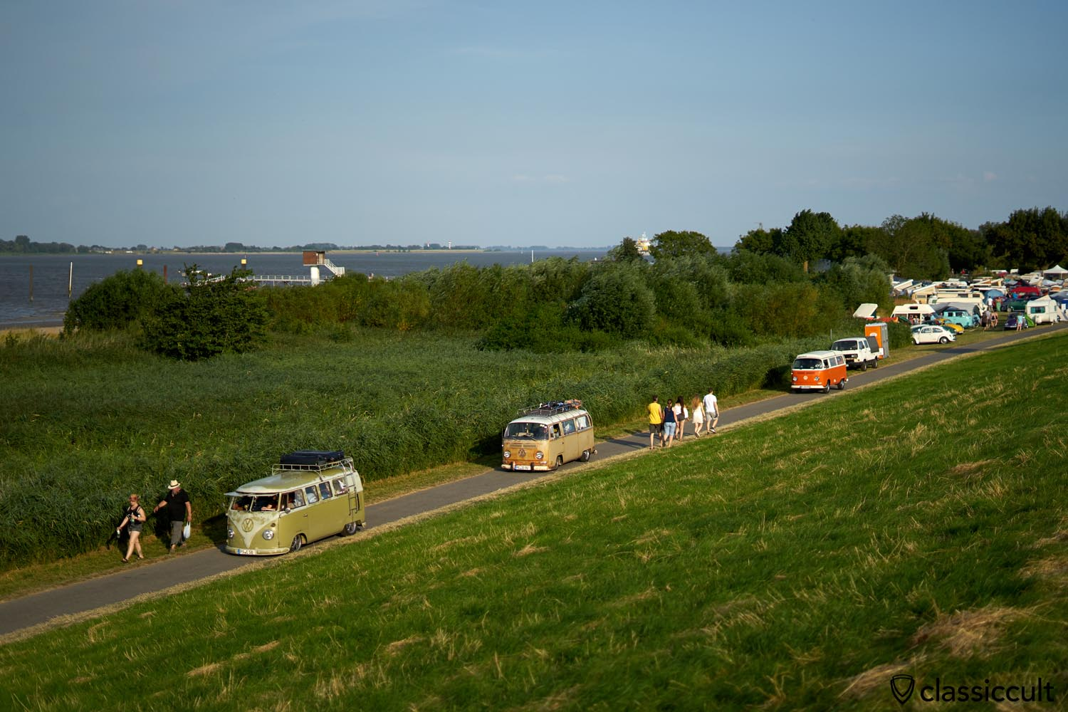 VW Bus fans cruising along Elbe Dike