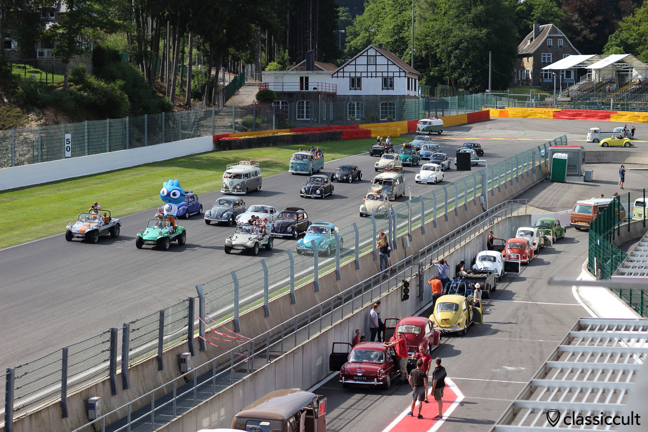 WOW, air-cooled parade at Circuit Spa with VW Buggys up front, Bug Show 2015, 4:21 p.m.