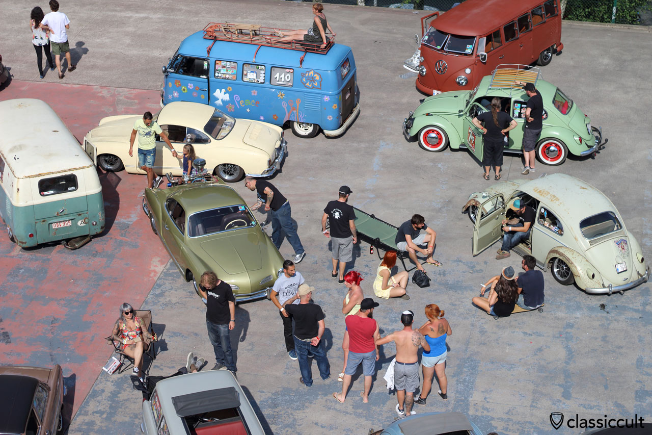 VW fans waiting for Grand Parade, Bug Show, 2015, 4:37 p.m.