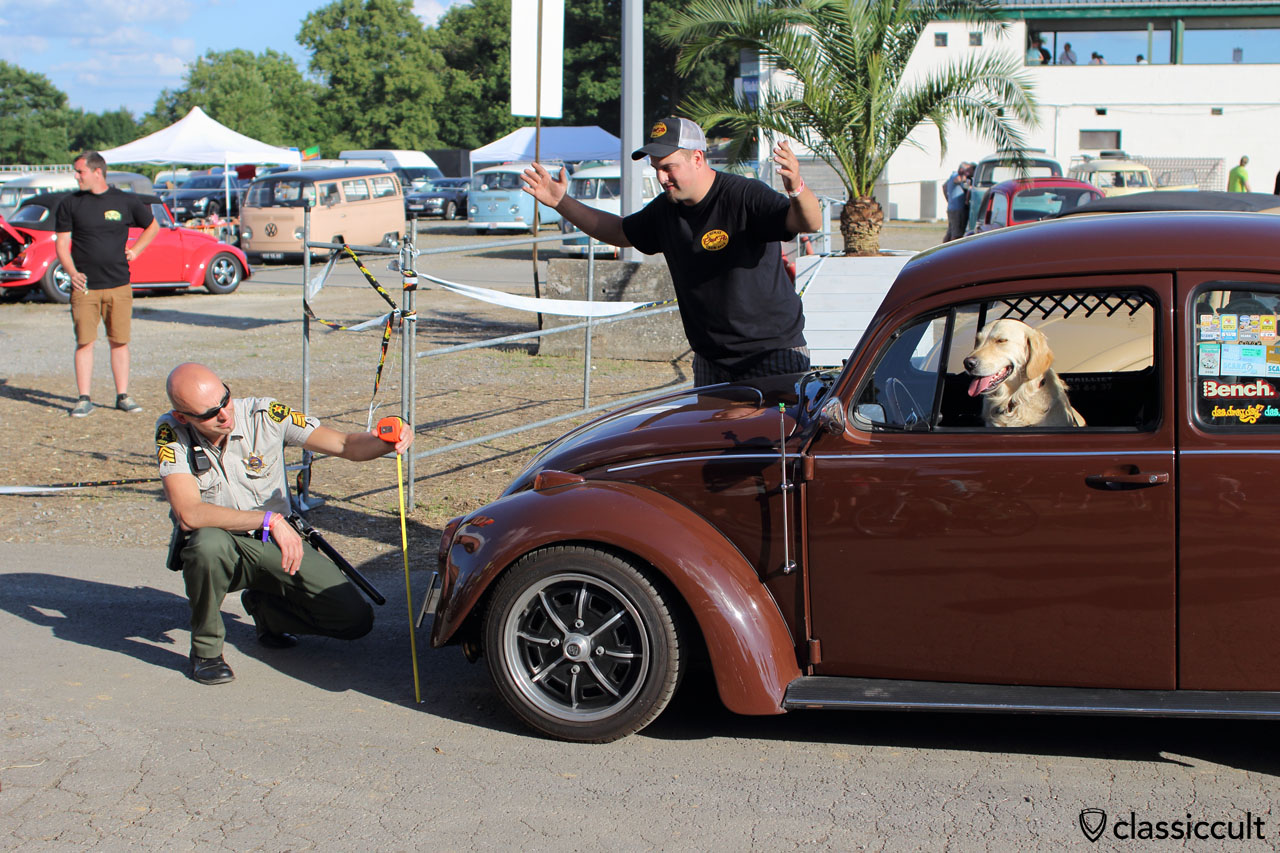 Cool Flo and the dog getting a ticket from European Bug-In Police (The Sheriff), because the Cal Look Beetle is too low, EBI 6, Chimay 2015