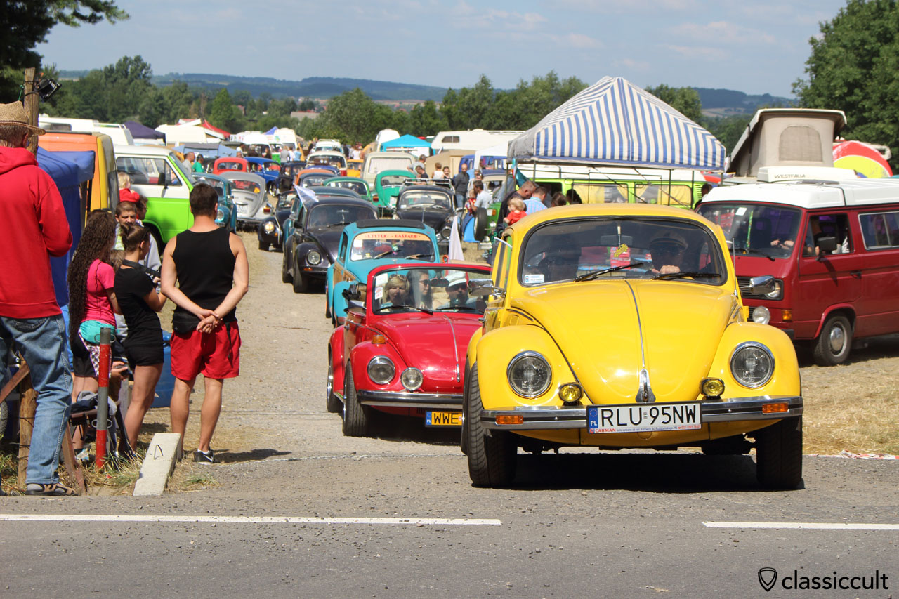 yellow VW Beetle drives off to Wawel Castle