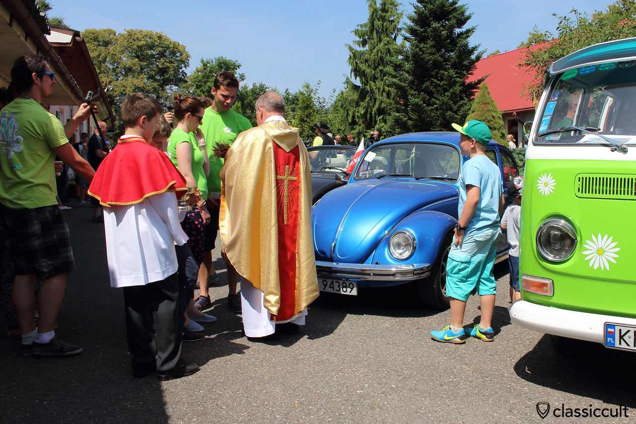 Pastor consecrates the old VW, Garbojama 2015