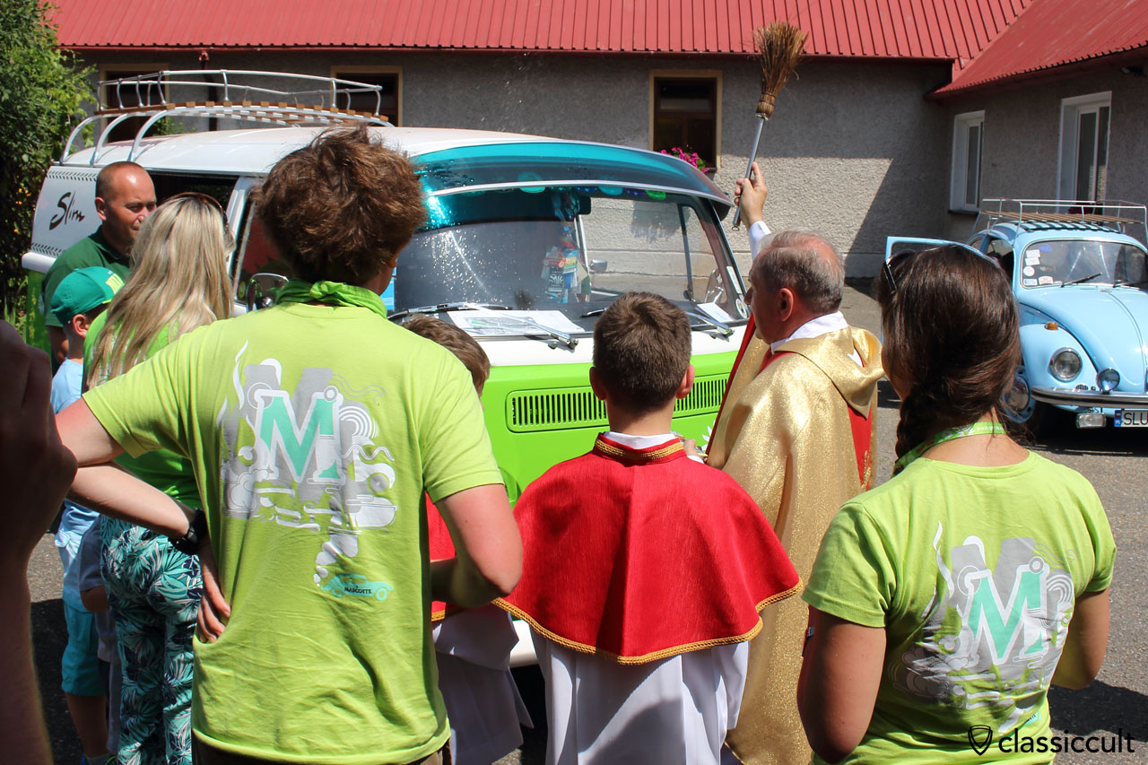 Pastor consecrates the old VW, Garbojama 2015