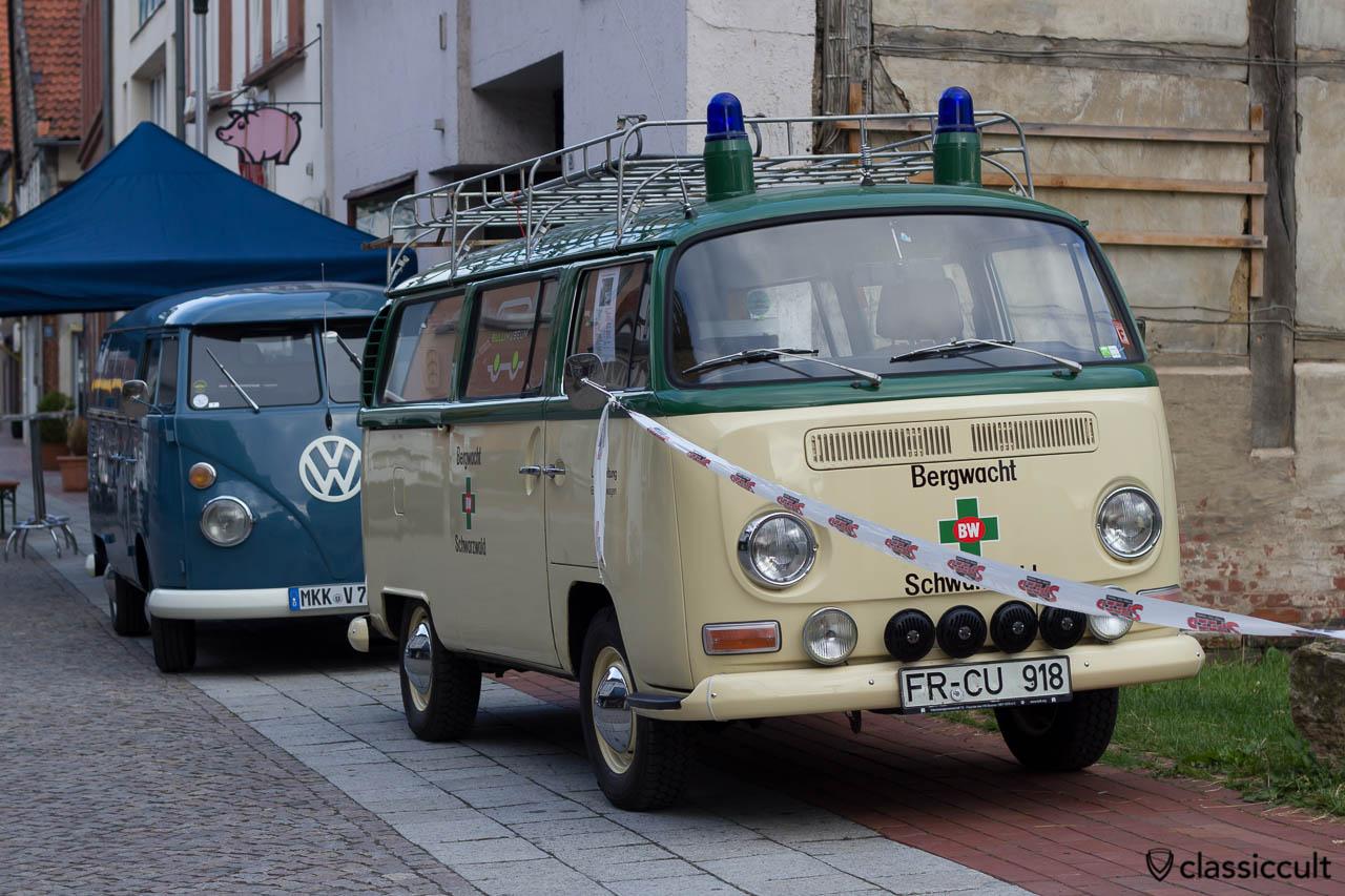 VW Bus Bergwacht Schwarzwald T2a mit Fanfare, Blaulicht und Fernscheinwerfer, Hessisch Oldendorf 2013 VW Treffen