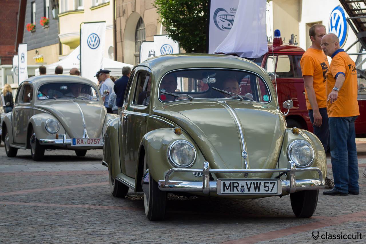VW Ovali Käfer Baujahr 1957 aus Marburg Deutschland, am Steuer sitzt Mr. VW 57, Veteranentreffen Hessisch Oldendorf 2013