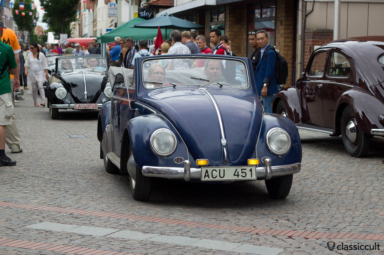 VW Käfer Cabrio auf den Weg zur touristischen Ausfahrt durch das Weserbergland, 6. Internationales Volkswagen Veteranentreffen in Hessisch Oldendorf 2013
