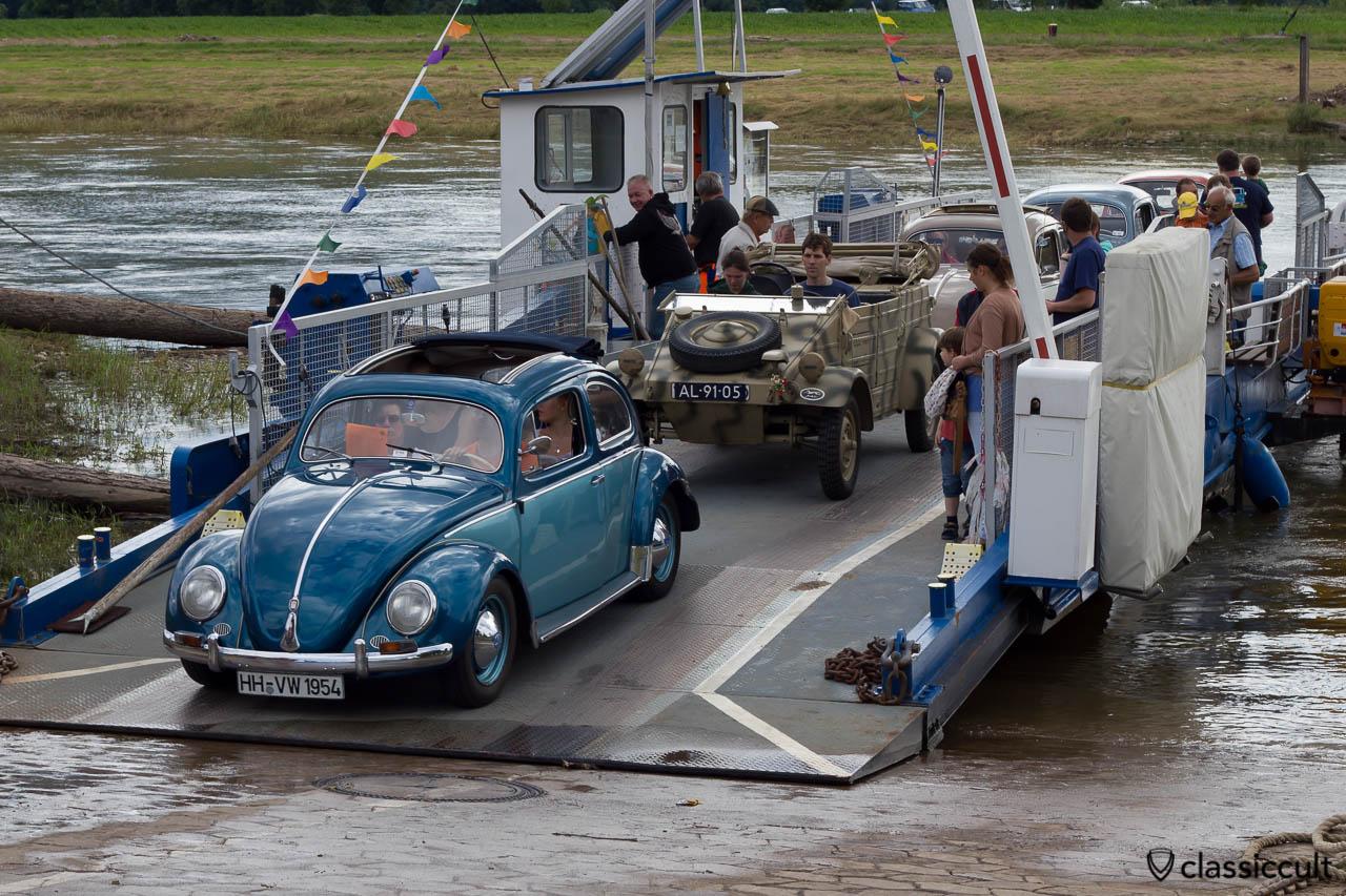 1954 Faltdach Ovali Käfer aus Hamburg bei der Weserfähre Großenwieden, VW Veteranentreffen in Hessisch Oldendorf 2013
