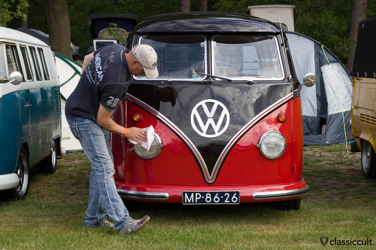 polishing a VW Split Bus for the Show & Shine show at IKW Wanroij 2013