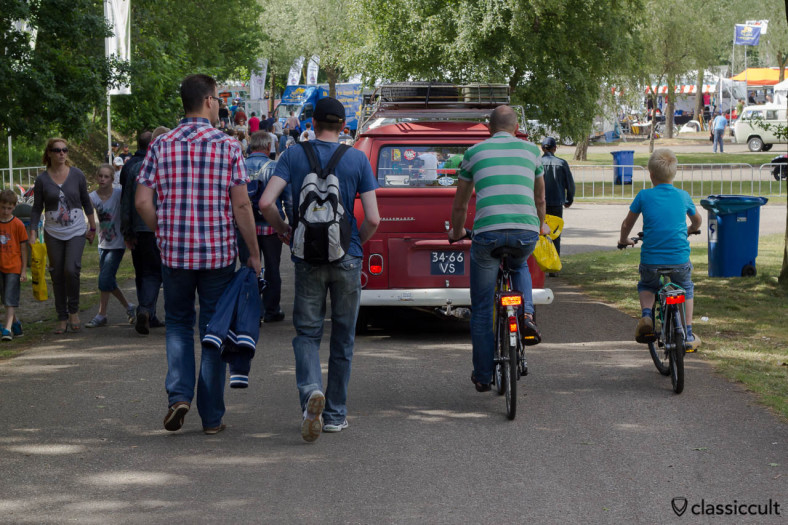 The way to the Buggy Pit (left side) and VW parts market (right side) at Internationaal Kever Weekend Wanroij.