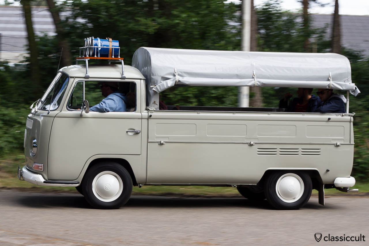 VW Early Bay Single Cab leaving Internationaal Kever Weekend Wanroij