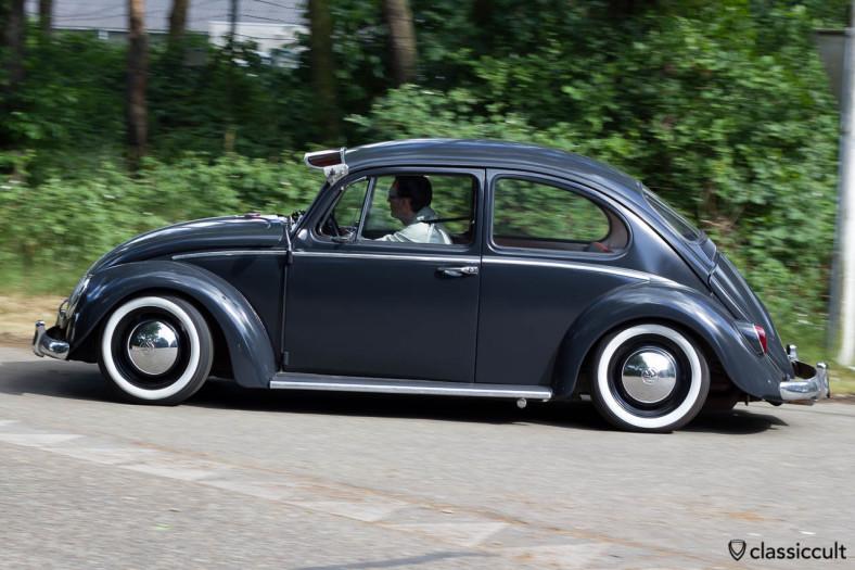 VW Käfer mit Sonnenschute verlässt das IKW Käfer Treffen in Wanroij Holland 2013