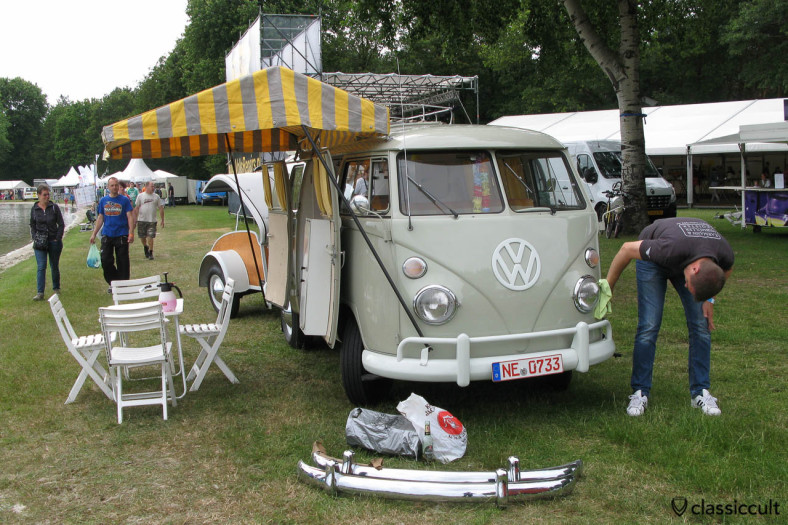 Claus Missing is cleaning his 1966 T1 Westfalia, karmann1952.de