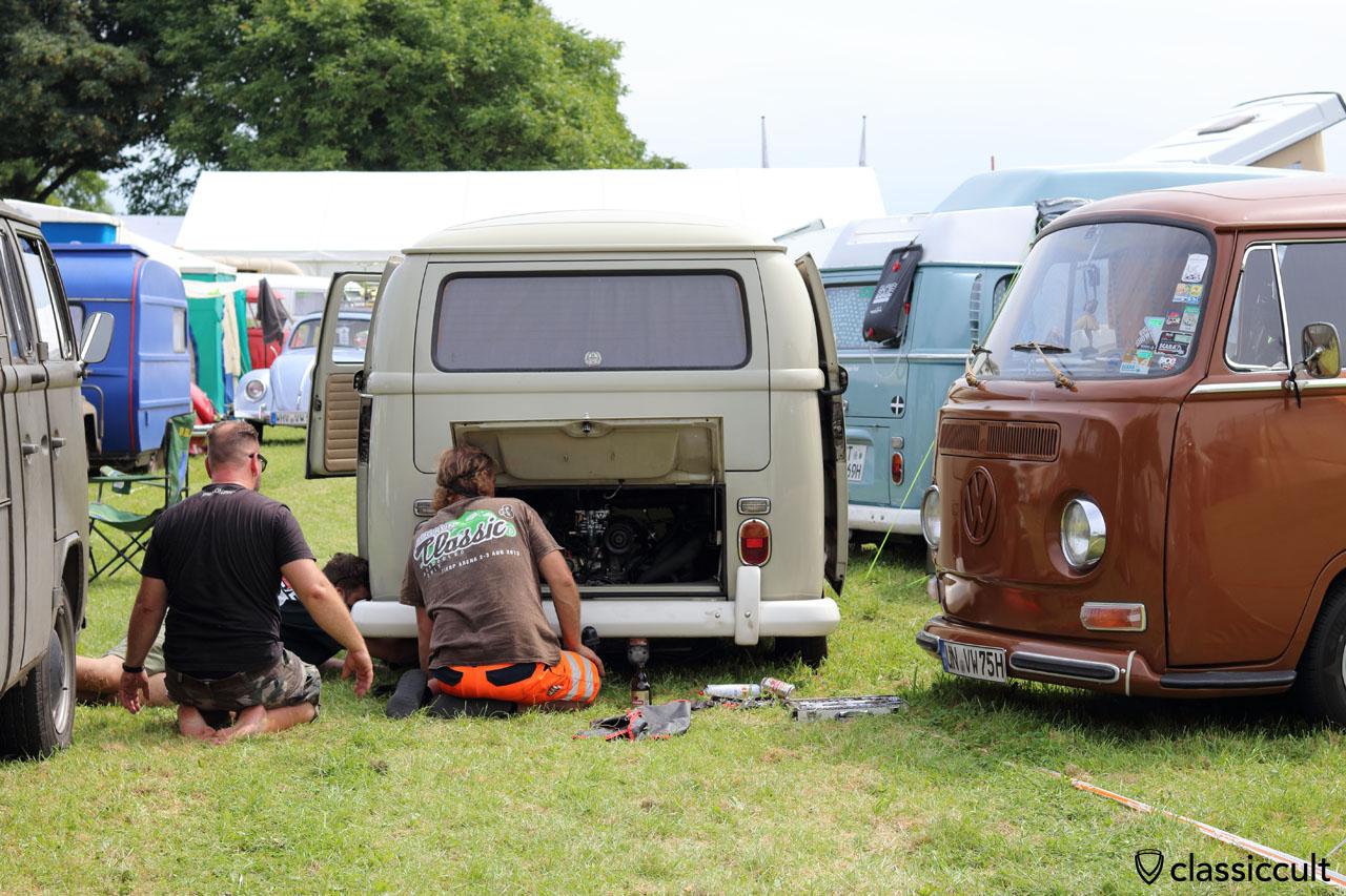 VW Fans reparieren einen T2 Bus