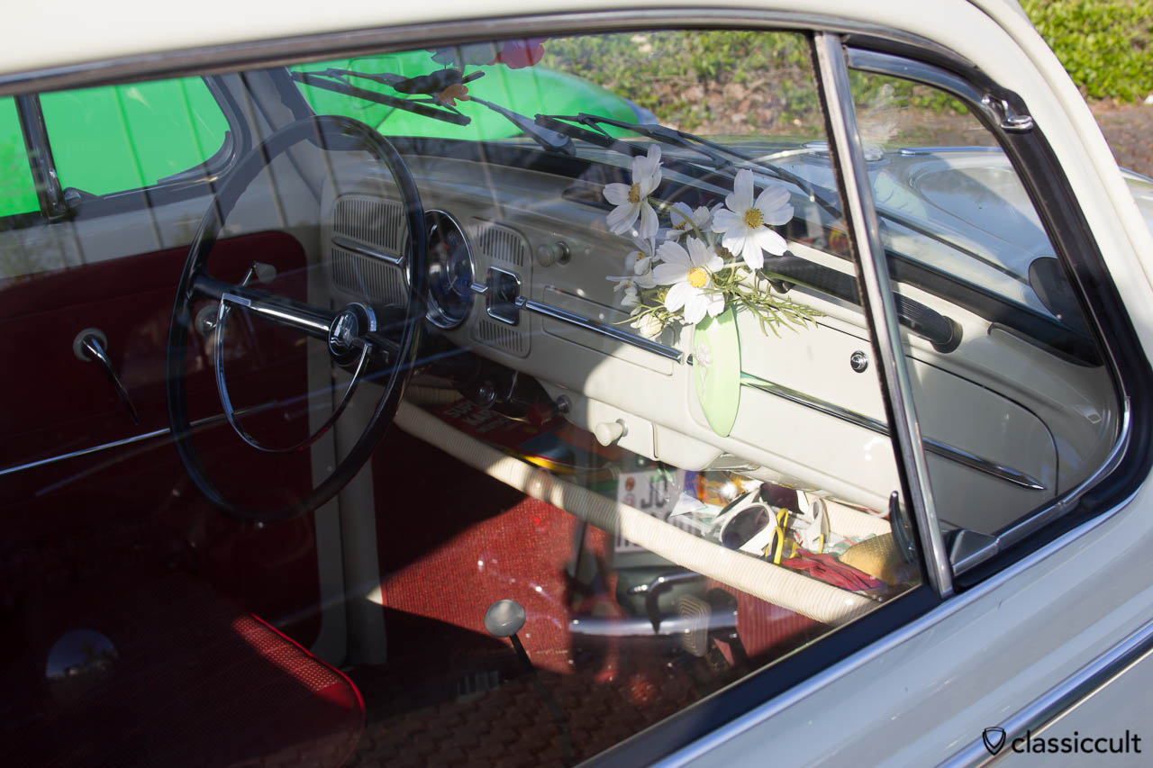 VW Käfer Armaturenbrett mit Blumenvase