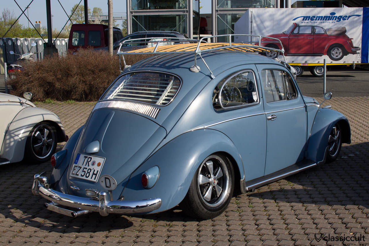 VW Käfer 1958 mit Dachgepäckträger, Jalousie und Ausstellfenster hinten.