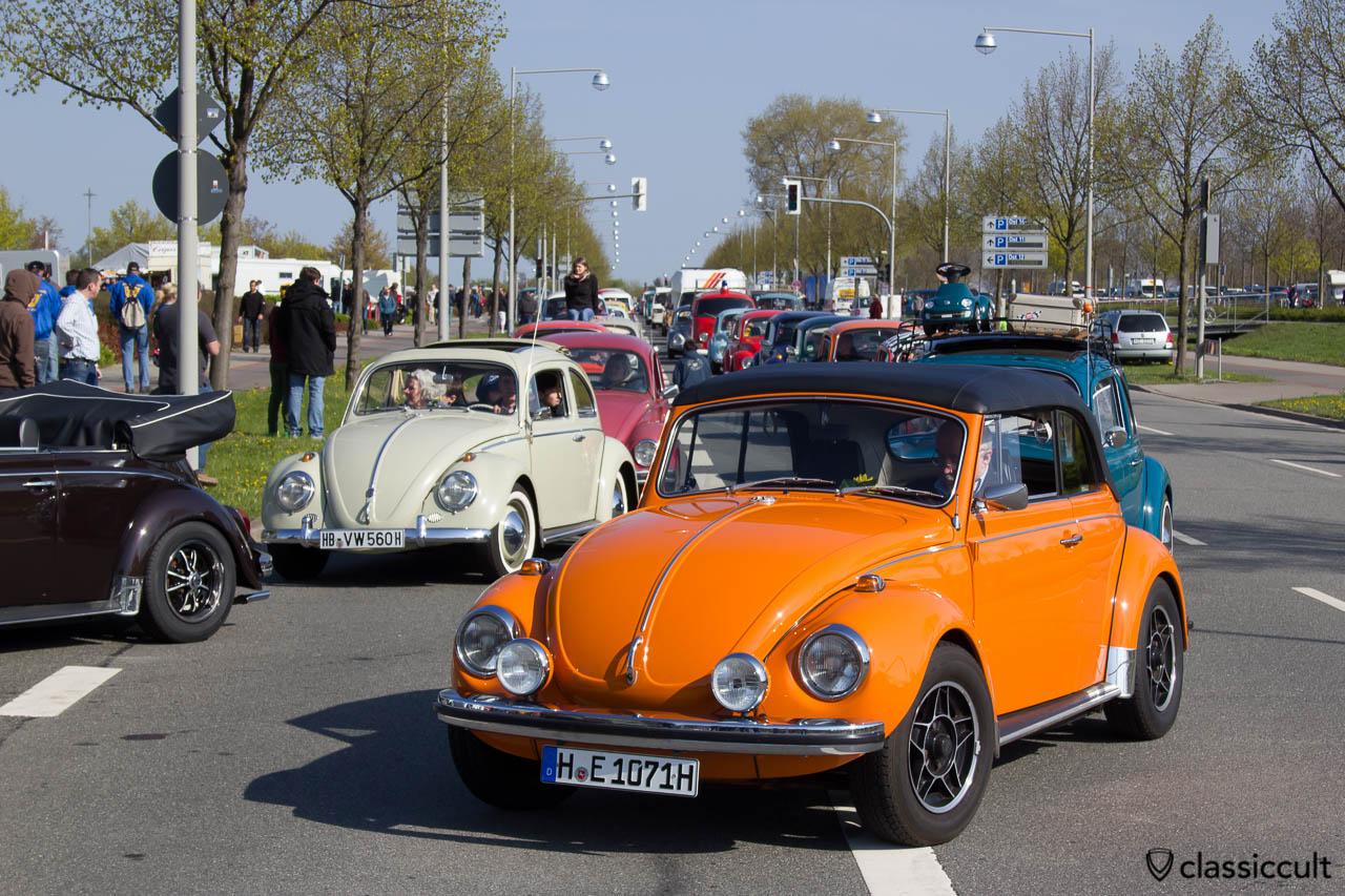 VW Käfer Cabrio im Stau vor dem MaiKaeferTreffen