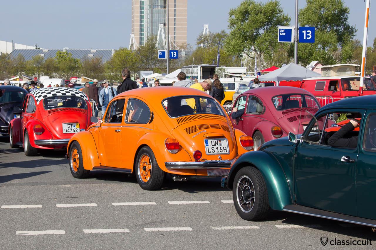 VW Käfer Warteschlange um auf den Parkplatz zu kommen um 09:48 Uhr
