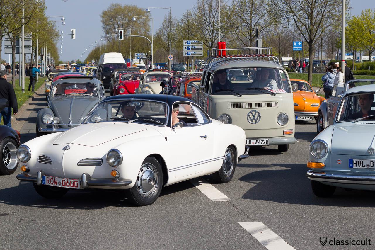 Luftgekühlte VWs auf dem Weg zum MKT Parkplatz um 10:08 Uhr