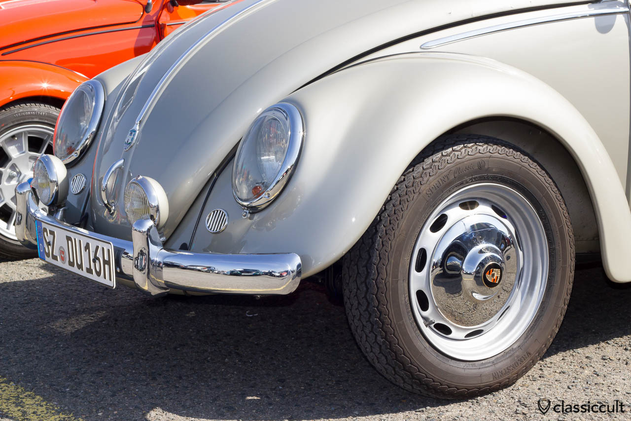 1958 VW Käfer mit Marchal Nippel-Nebelscheinwerfern in Wagenfarbe lackiert