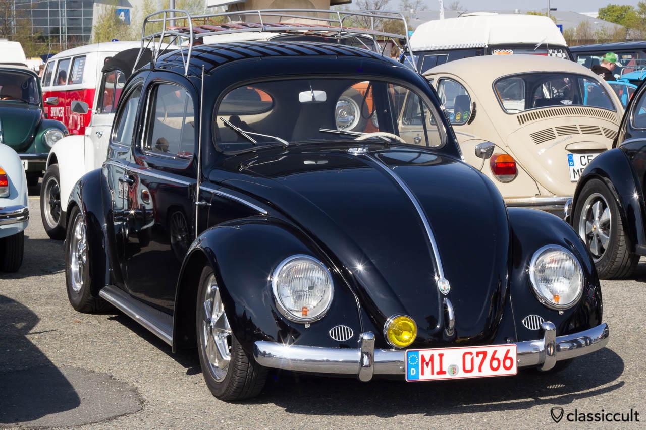 schwarzer VW Ovali mit Blinker im Scheinwerfer