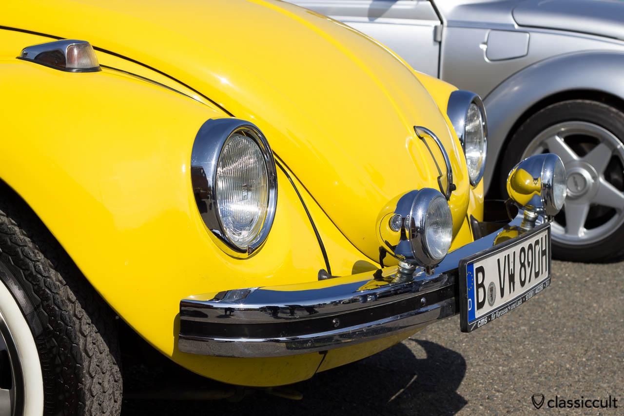 gelber VW Käfer mit Fernscheinwerfer