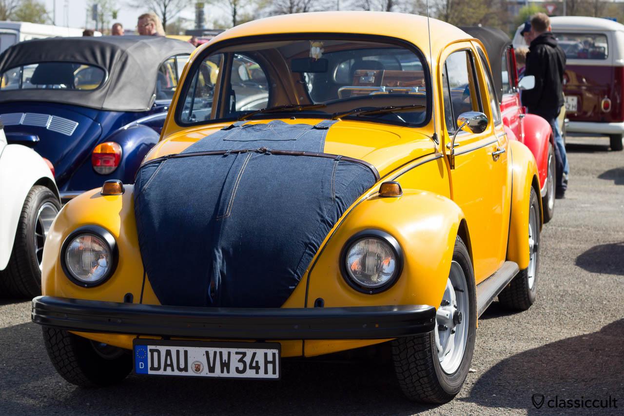 VW Jeanskäfer mit Jeans auf der Haube