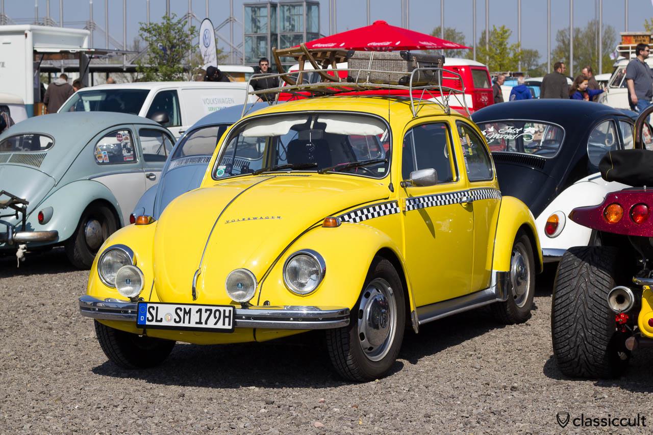 gelber 1979 VW Käfer