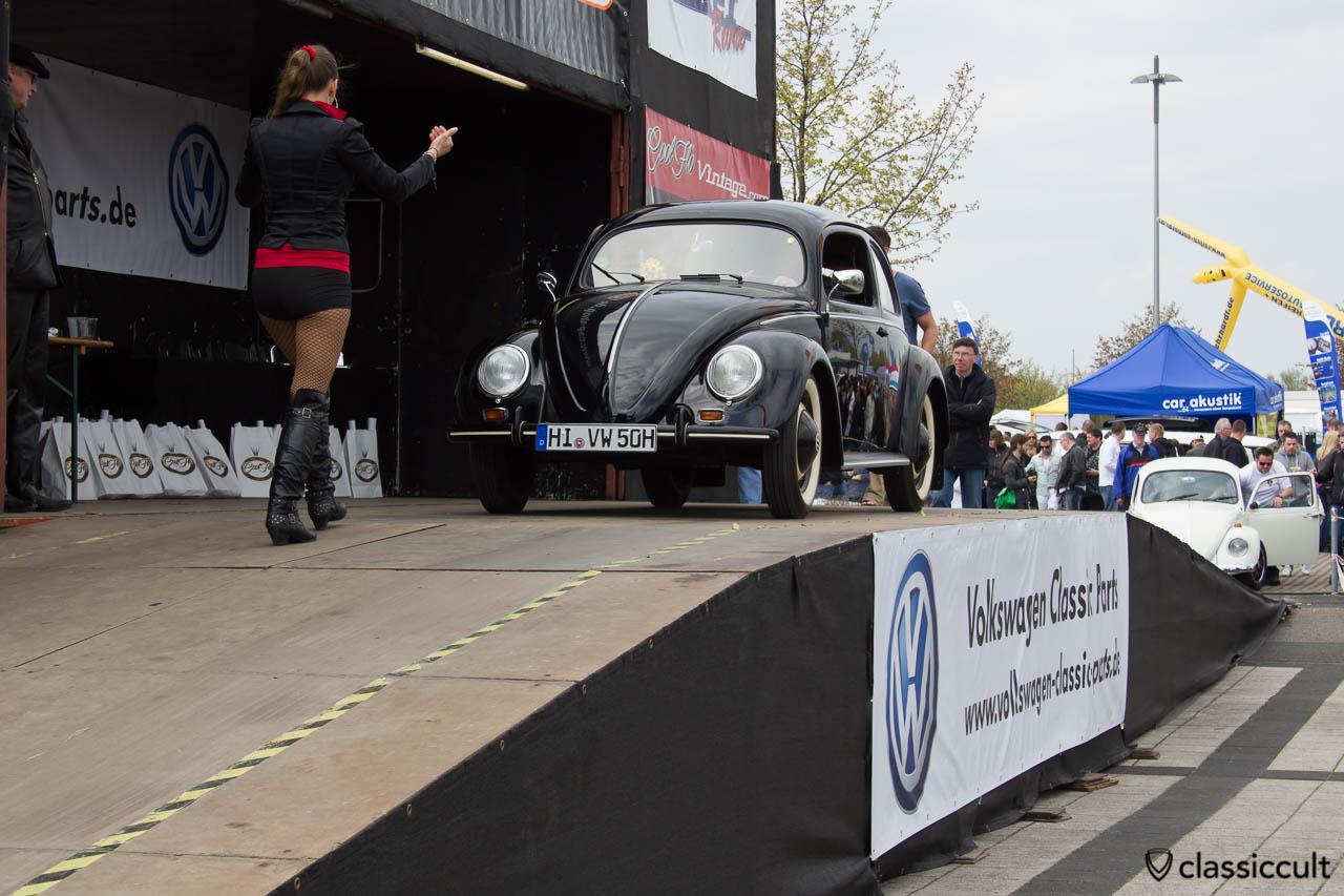 1950 Brezel Käfer auf der MaiKäferTreffen 2013 Show & Shine Bühne