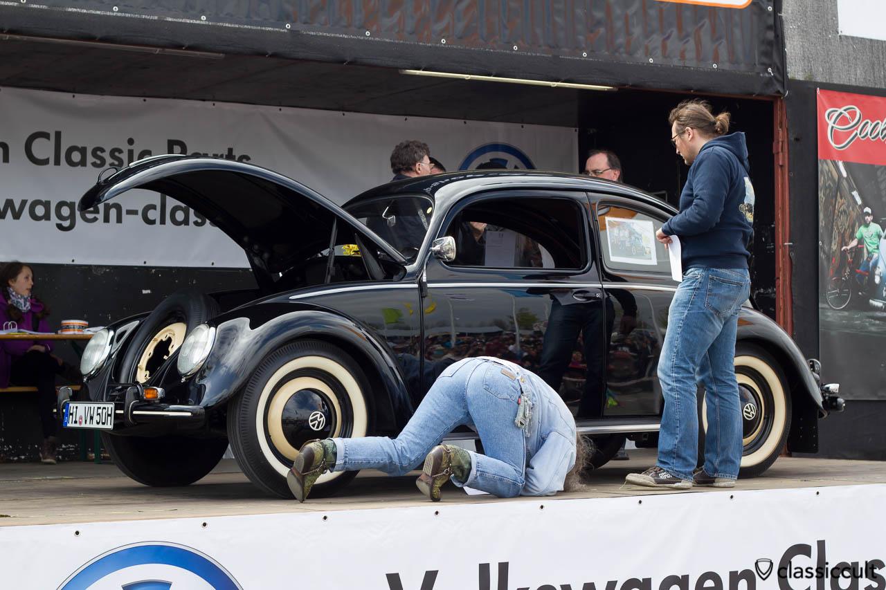 1950 Brezel Käfer auf der MaiKäferTreffen 2013 Show & Shine Bühne. Hier wird geschaut ob die Trittbretter für Brezelkäfer mit originalgetreuer Verstärkung von kaefervwrostfrei.de verbaut wurden.