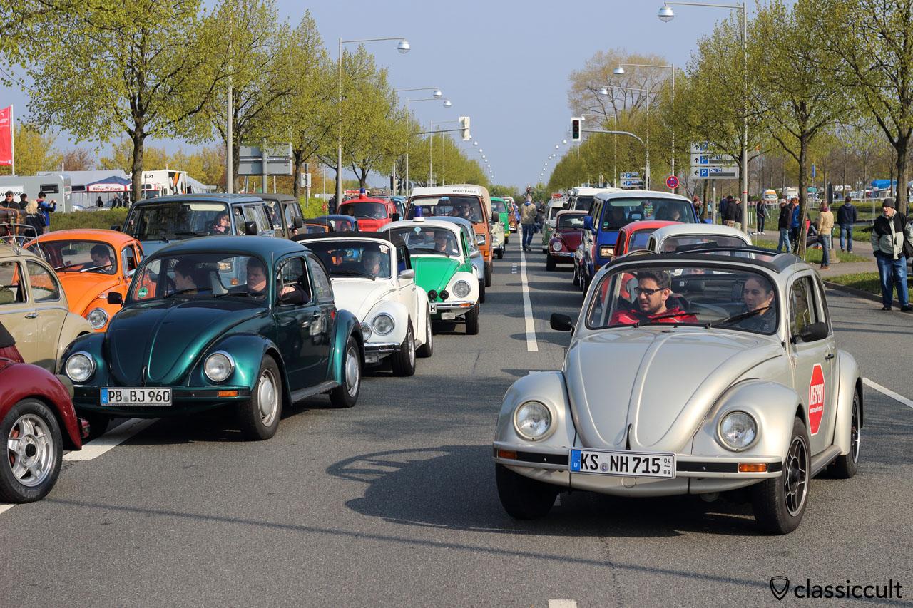 air-cooled jam before Maikaefertreffen car park entrance, even the Police VW Beetle has to wait!, 9:31 a.m., 2016