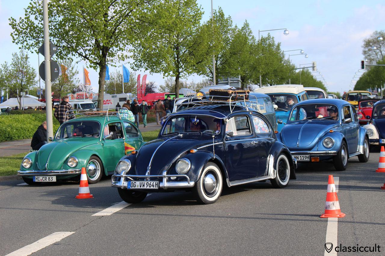 1964 VW Käfer mit viel Zubehör. Leider fehlt eine Radkappe!