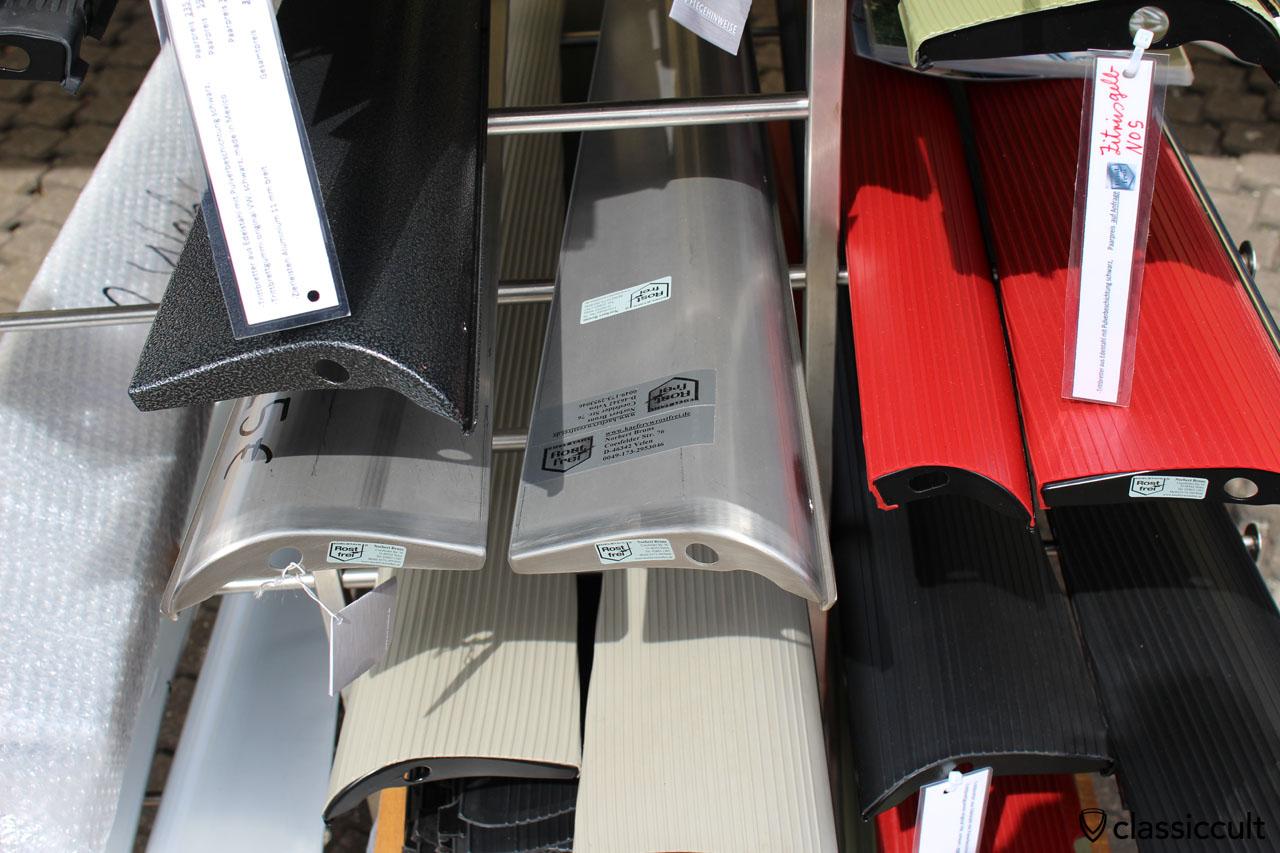 VW Käfer Trittbretter KaeferVWrostfrei.de. Ich habe einen Satz gekauft. 225 EUR schwarze Trittbretter, 99 EUR original VW Gummi schwarz, 50 EUR Alu Zierleiste schmal, macht 374 EUR fertig zusammengebaut.
