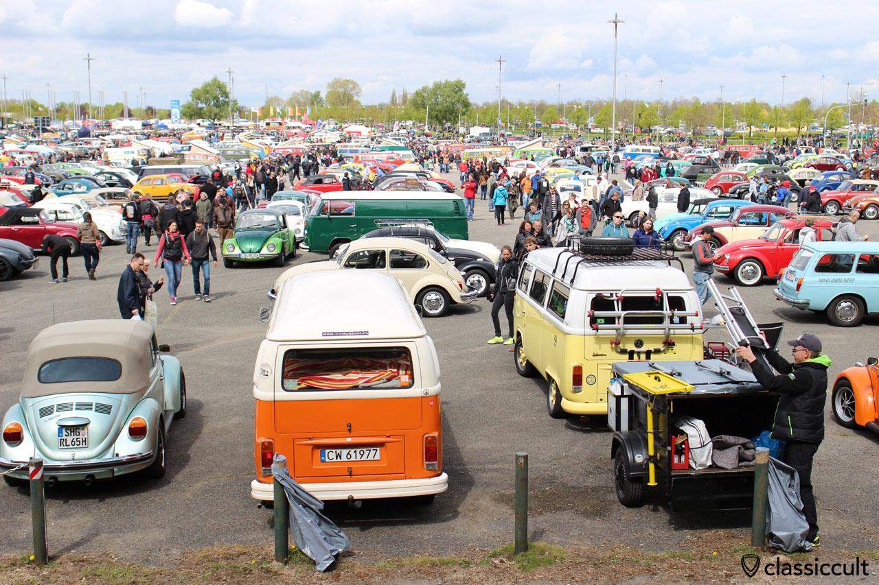 MKT Parkplatz und rechts ein gelb weißer VW T2c Bus aus Brasilien, siehe auch t2-c.de