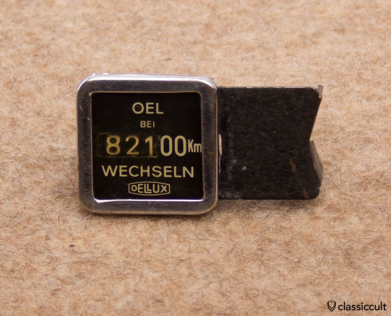 This is the rare Oellux. The Oellux is made of metal and a very early mechanic oil change reminder. It can be mounted on the VW Oval bug steering column.