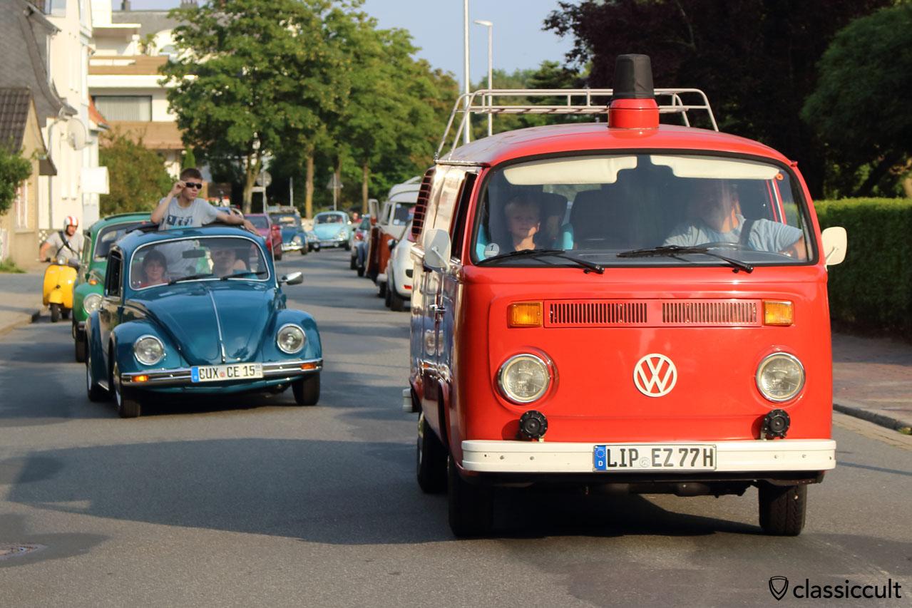 Feuerwehr T2 Bus mit Blaulichtabdeckung und Fanfare