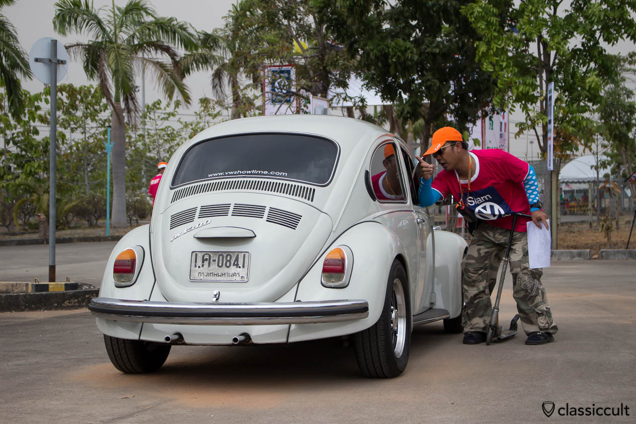 Beetle Driver gets help to find the VW Show park area.