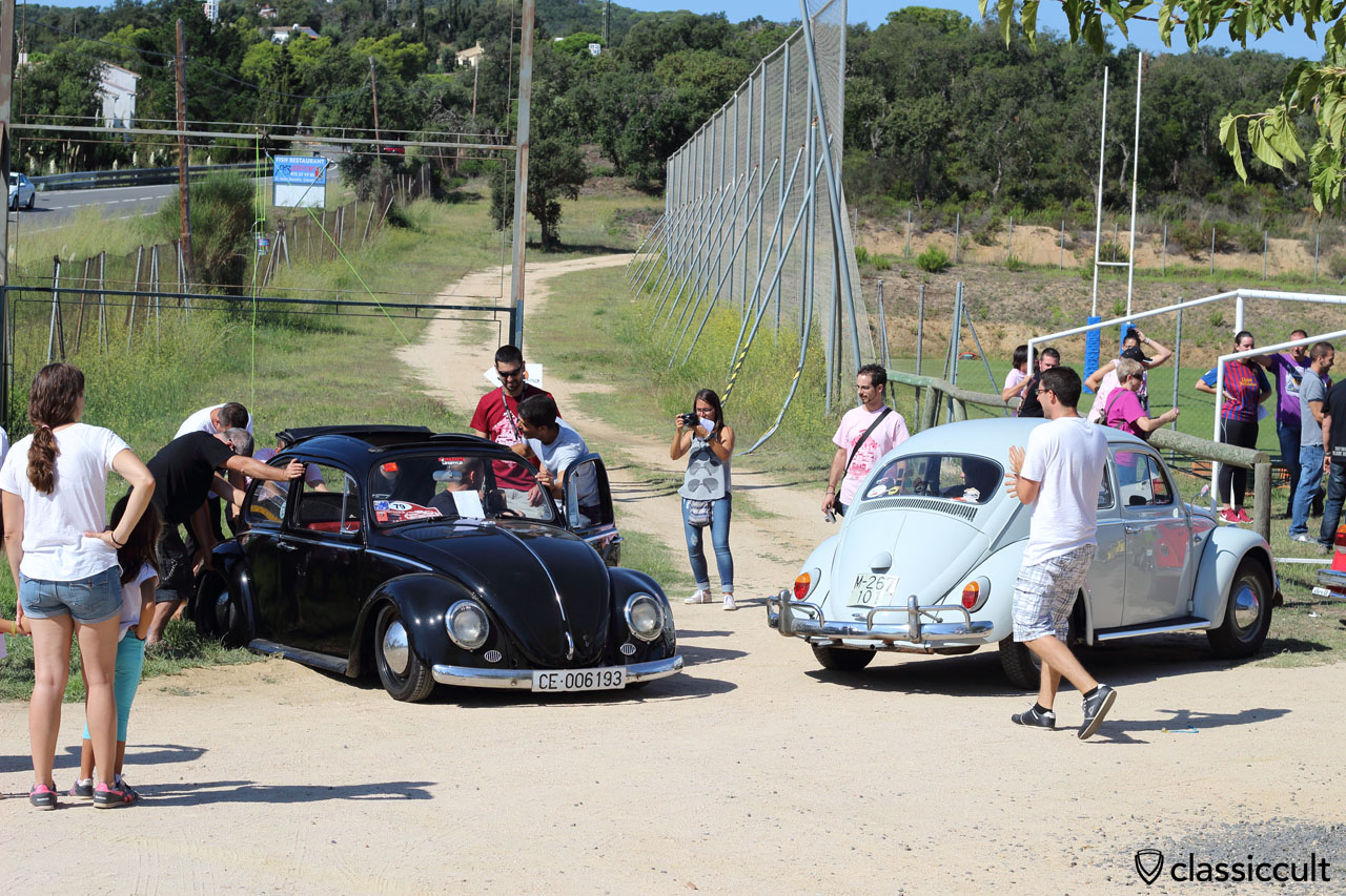 black ragtop VW Beetle, deadlocked because very strong lowered, Tossa de Mar VW Show 2015