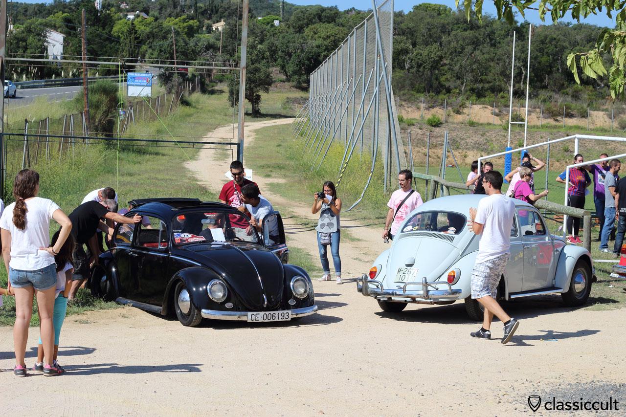 black ragtop VW Beetle, deadlocked because very strong lowered, Tossa de Mar VW Show 2015