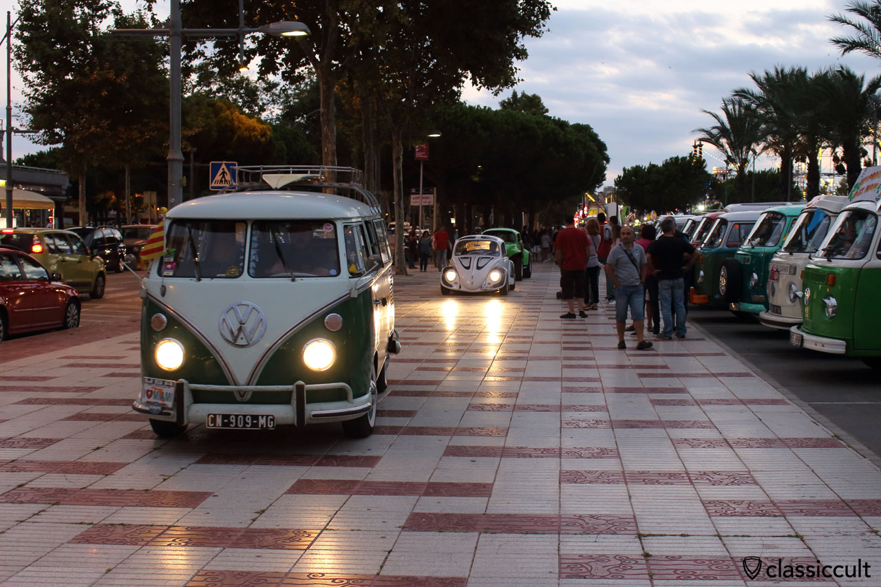 VW fans cruising back to Tossa, after Show and Shin in Platja d'Aro, 7:54 p.m.