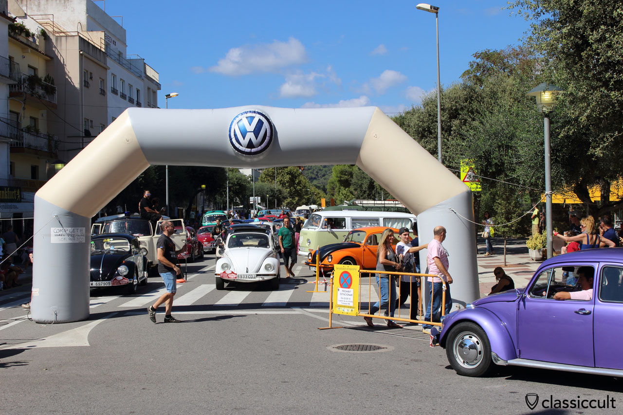 after the Show & Shine, VW fans waiting for cruising in Tossa de Mar, 2:17 p.m.