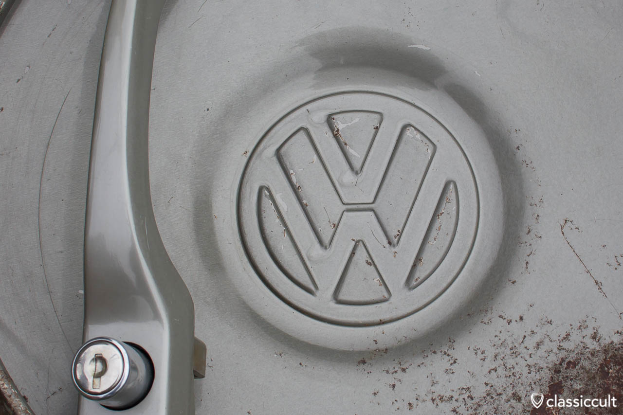 Close up picture of a VW 1200A hubcap in steel grey. As you can see (click to enlarge), Volkswagen painted the door handle in much higher quality. The inside of the hubcap is rough and irregularly painted.