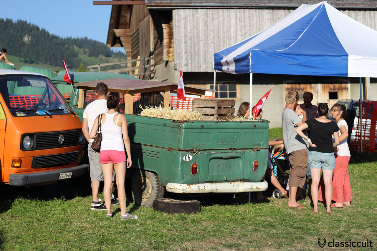 T2a Pick up loaded with chickens (chickens, not chicks)
