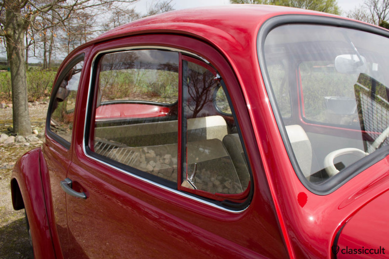 VW Standard Bug vent window is painted in body color. The outer door window seal is with chrome and not black.